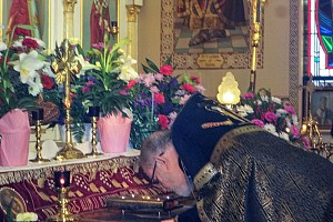 Father venerates the grave on Good Friday